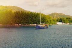 Bateaux et bateaux sur les Seychelles tropicales Photographie stock libre de droits
