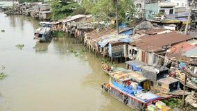 Bateaux et cabanes de laps de temps sur la rivière de Saigon - Ho Chi Minh City (Saigon) banque de vidéos