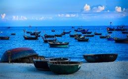 Bateaux et coracles de poissons à Danang Image stock
