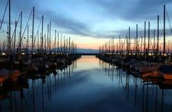 Bateaux et coucher du soleil images stock
