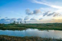 bateaux et coucher du soleil dans le marais image stock