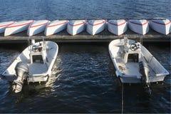 Bateaux et dock sur le fleuve de Charles Boston Images libres de droits