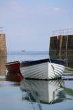 Bateaux et entrée d'aviron au port de Mousehole photographie stock libre de droits