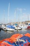 Bateaux et filets de pêche accouplés dans le port d'Urk photographie stock