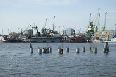 Bateaux et grues dans le port Photos stock