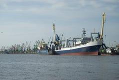 Bateaux et grues dans le port Photo stock