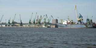Bateaux et grues dans le port de Klaipeda Photo stock