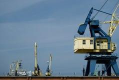 Bateaux et grues dans le port de Klaipeda Images stock