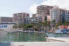 Bateaux et hôtels le long du Paseo Maritimo images libres de droits