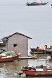 Bateaux et hutte avec la vie faible Images stock
