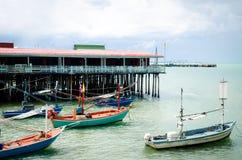 Bateaux et maisons d'hôtes de pêche photographie stock libre de droits