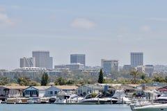 Bateaux et maisons en plage de Newport images libres de droits
