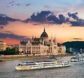 Bateaux et Parlement images stock
