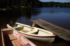 Bateaux et passerelle sur un lac Images libres de droits