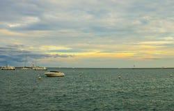 Bateaux et pilier dans le lac Michigan Images stock