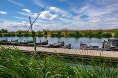 Bateaux et pilier de pêche en bois Photos stock