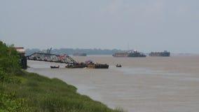 Bateaux et bateaux sur la rivière banque de vidéos