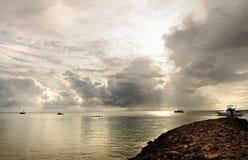 Bateaux et yacht de pêche de chalutier dans la tempête sur la mer argentée Images libres de droits