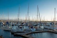 Bateaux et yachts accouplés dans la marina Image stock