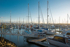 Bateaux et yachts accouplés dans la marina Photographie stock