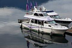 Bateaux et yachts amarrés au port fluvial Images stock