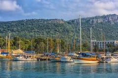 Bateaux et yachts dans la baie de Kemer Image libre de droits