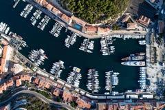 Bateaux et yachts dans la marina de Bonifacio, île de Corse Image stock
