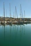 Bateaux et yachts dans le port image stock