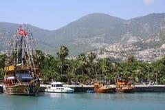 Bateaux et yachts de navigation à la marina Photos stock