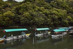 Bateaux flottant sur la rivière de Hozu photographie stock libre de droits
