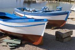 Bateaux fraîchement peints de pêcheur Images libres de droits