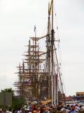 Bateaux grands alignés au port Photos stock