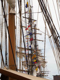 Bateaux grands alignés au port Photo stock