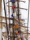 Bateaux grands alignés au port Photo libre de droits