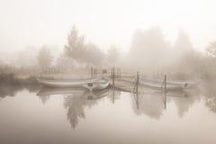 Bateaux le début de la matinée de lac Images stock