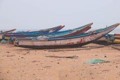 Bateaux locaux étant garés à la région côtière de Mangalore de plage Image stock