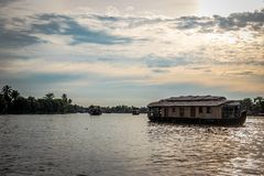 Bateaux-maison dans la mare avec les nuages blancs images stock