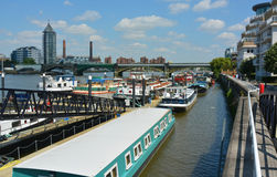 Bateaux-maison de flottement de ville Image libre de droits
