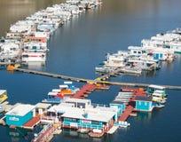 Bateaux-maison, lac Kaweah en Californie Photos stock
