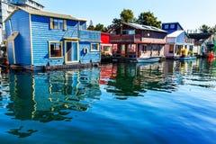 Bateaux-maison rouge-brun bleus Victoria Canada Images stock