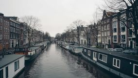 Bateaux-maison typiques le long des embakments de canal de ville à Amsterdam, Pays-Bas banque de vidéos
