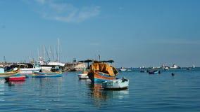 Bateaux maltais nationaux dans le port de Marsaxlock - tir lent de chariot clips vidéos