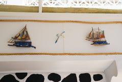 Bateaux mignons pour la décoration dans Santorini, Grèce Photographie stock libre de droits
