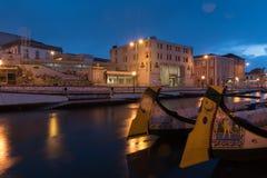Bateaux Moliceiros dans le canal d'Aveiro - Portugal Photographie stock libre de droits