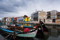 Bateaux Moliceiros dans le canal d'Aveiro - Portugal Photos libres de droits
