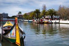 Bateaux Moliceiros dans le canal d'Aveiro - Portugal Photo libre de droits