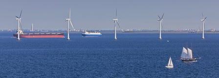 Bateaux, moulins à vent et bateaux-citerne de navigation photographie stock