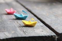 Bateaux multicolores d'origami Bateaux de papier Photo stock