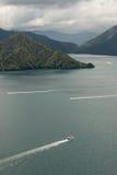 Bateaux naviguant à travers la Reine Charlotte Sound Images stock