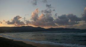 Bateaux nuageux flottant au-dessus de la mer Photo libre de droits